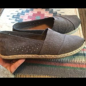 Toms— like new gray/tan color w flower impression